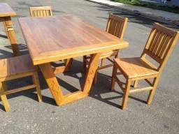 Mesa rústica com 4 cadeiras