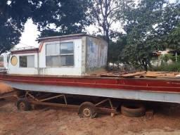 Barco cabinado pesqueiro