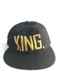 Boné aba reta King preto e dourado