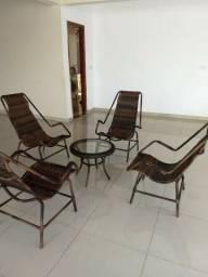 Conjunto lindo de 4 cadeiras e uma mesa para jardim em fibra sintética