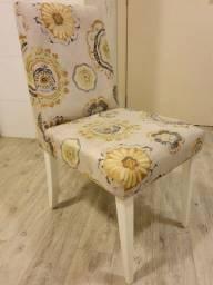 Cadeiras de madeira com assento e encosto estofadas