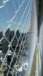 Sacada e janelas com redes/telas de proteção