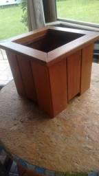 Cachepô rústico em madeira maciça cumaru. Linda opção de decoração para sua casa!