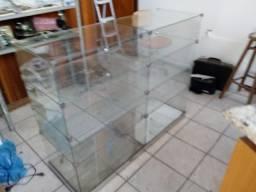 Balcão de vidro com divisórias