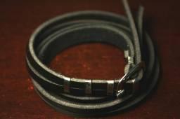 Pulseira em couro preto com fivela nova