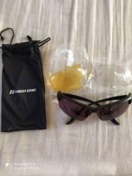 Óculos e luvas de ciclismo usados