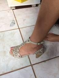 Sandália de salto médio
