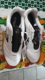 Chuteira Futsal Topper TAM 42 Cor Branca  Zero Nunca usada. R$ 130,00