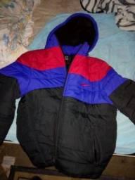 Casaco da Nike vermelho com azul e preto com pelo por dentro