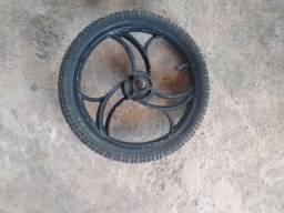 Vende-se um pneu com aro