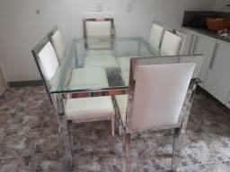 Mesa de Jantar de vidro com aço inox e cadeiras de couro brancas