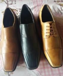 Vende se modelos de sapatos com formas e facas