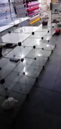 Prateleiras de vidro e de madeira