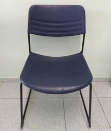 Cadeira de escritório azul em plástico com pés em metal