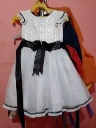Título do anúncio: Vendo vestido 3anos vestir até 5anos dependendo da criança..
