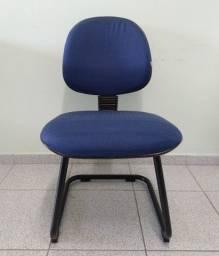Cadeira de escritório azul em tecido