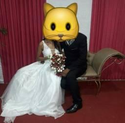 Vestido de noiva por 230 reais.