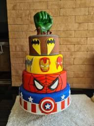 Vendo bolo fake de Biscuit de Super Heróis.