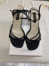 Sandália alta preta de couro