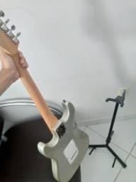 Guitarra + tripé de apoio