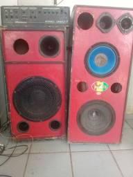 Duas caixas de som e um aparelho