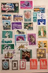 Álbuns de selos estrangeiros e do Brasil.