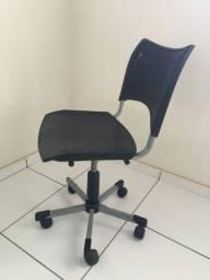 Cadeira giratória , com reguladora de alto e baixo .