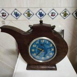 Relógio Despertador Antigo com suporte em madeira