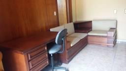Mesa e sofa para recepção em madeira de Mogno