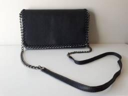 Bolsa de couro preta com laterais de corrente