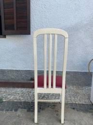Título do anúncio: Cadeira De Jantar Usada Branca Com Estofado Vermelho