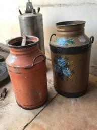 Kit 2 latões de leite antigo ferro