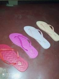 Título do anúncio: Vendo sandálias Santa Lolla e havaianas