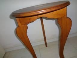 Mesa lateral redonda tripé, em madeira, usada