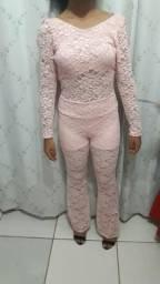Macacão de renda rosa BB