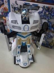 Carro e robô transformar na promoção