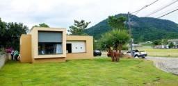 Casa 3 suítes dentro de condomínio em Maricá com lotes de 600m²