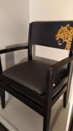 Cadeira preta de madeira maciça