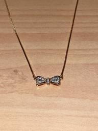 3 colares dourados com brilho nos pingentes