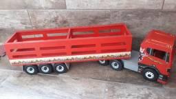 Caminhão vermelho de brinquedo de madeira
