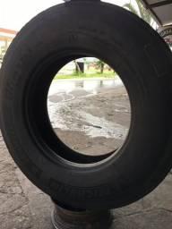 Vende se pneu de caminhão, riscado mais tá zero
