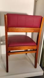 Cadeira em madeira maciça com encosto e acento acolchoados em vermelho