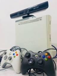 Xbox 360 com Kinect Slim, 2 Controles e 30 jogos instalados