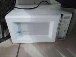 Título do anúncio: Micro-Ondas De Bancada Electrolux MEO44 34 Litros Branco 127V<br><br>