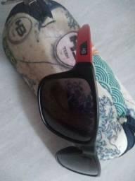 Vendo óculos infantil HB, original com proteção UVB.