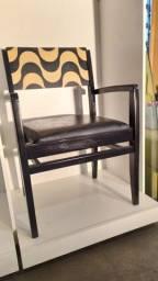 Cadeira preta de madeira maciça e marchetaria