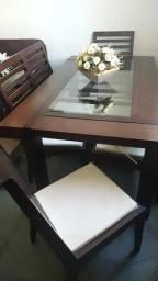 Título do anúncio: Vendo linda mesa de jantar em madeira com tampo de vidro e 6 cadeiras muito nova.