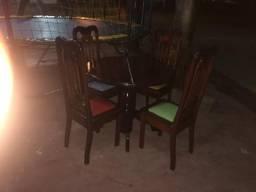 Vende-se uma mesa com 4 cadeira em madeira maciça