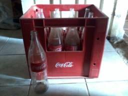 Grade de Refrigerante Coca Cola com Garrafas Vazias