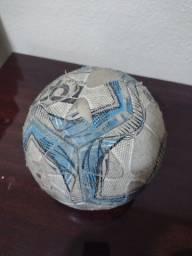 Bola de futsal e bomba pra encher bola